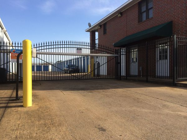 6105 Apple Tree Dr Memphis, TN 38115 - Security Gate