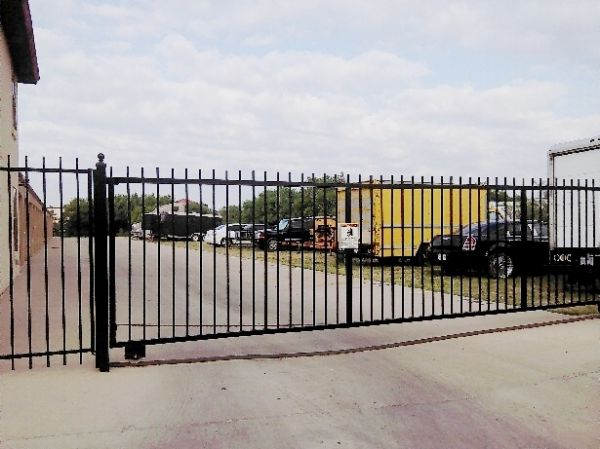 5602 Cerrito Prieto Ct Laredo, TX 78041 - Security Gate|Drive-up Units|Driving Aisle
