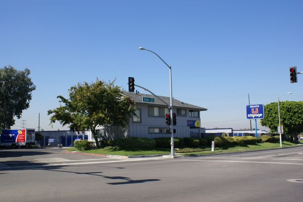 600 W Dyer Rd Santa Ana, CA 92707 - Storefront|Road Frontage