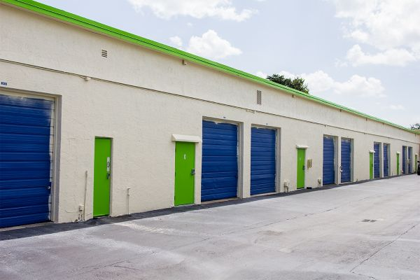 818 NE 44th St Oakland Park, FL 33334 - Drive-up Units|Driving Aisle