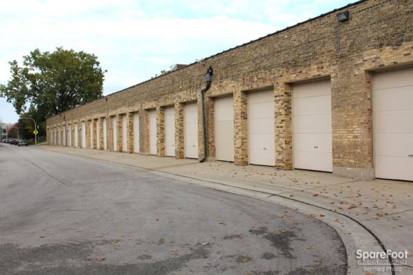 1800 W Foster Ave Chicago, IL 60640 - Drive-up Units
